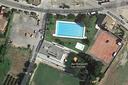 Piscines municipials, zona de pícnic i camp de futbol: un gran complex lúdic i esportiu.